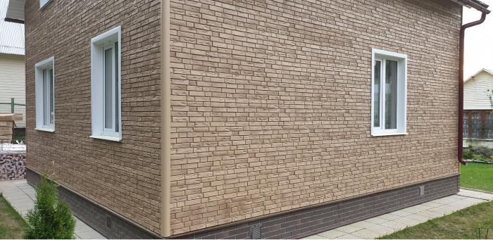Дом отделанный фасадными панелями (под кирпич)
