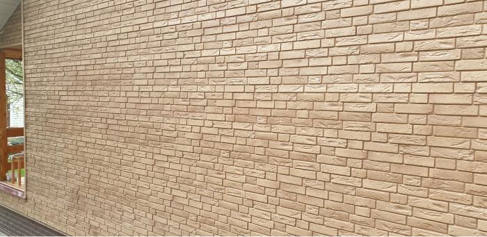 Стена отделанная фасадными кирпичными панелями