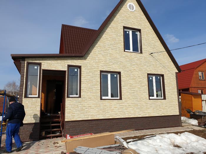 Дом отделан фасадными панелями под кирпич