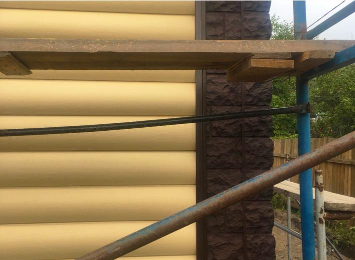 широкие углы из цокольных панелей