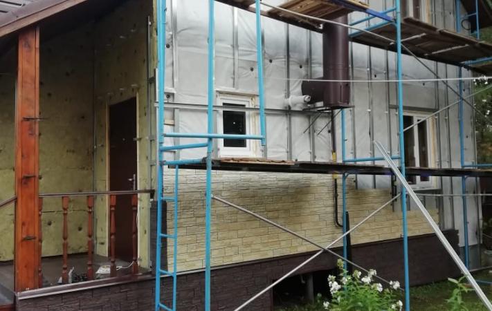 Фасад утеплен плитами Rockwool Скандик и смонтирована металлическая обрешетка