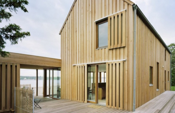 Дом, оформленный деревянным вертикальным сайдингом