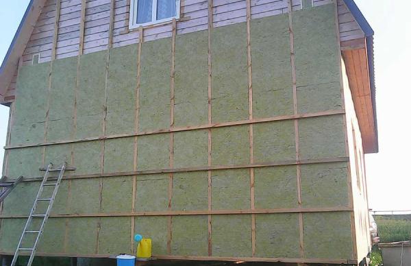 Так выглядит утеплитель на фасаде дома